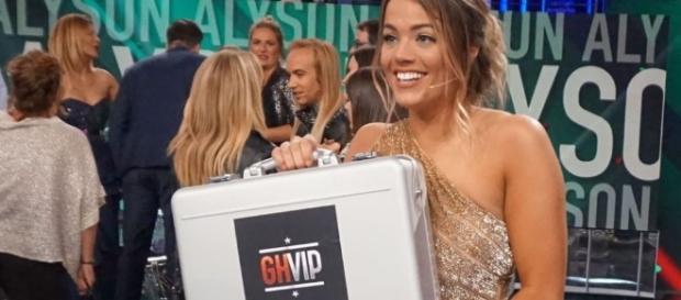 Alyson con el maletín de ganadora.
