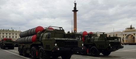 Sistemas de defesa anti-míssil S300, desfilando em São Petersburgo, Rússia