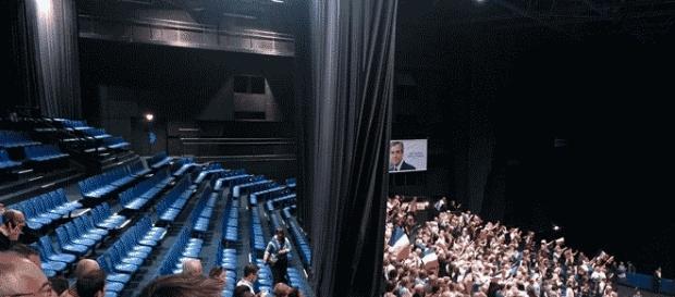 En dépit d'une affiche du candidat LR, un soutien de François FIllon a attribué ces chaises vides à un meeting d'Emmanuel Macron