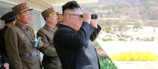Kim Jong-un admira os treinamentos e desfiles militares do Exército Popular da Coreia