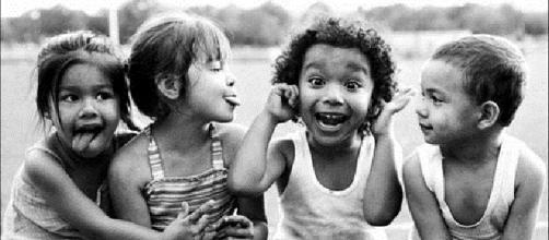 Sorrir, pular, fazer amigos, isso é infância
