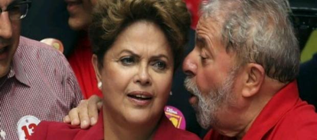 Ex-presidente Lula conversa aos cochichos para não ser grampeado
