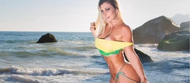 Luciana Hoepers mostra o corpo obtido após 14 cirurgias plásticas, que custaram R$ 300 mil