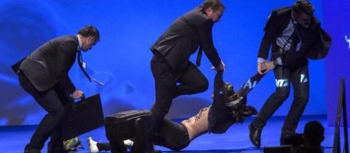 Scontri al comizio di Marine Le Pen: una Femen fa irruzione sul palco