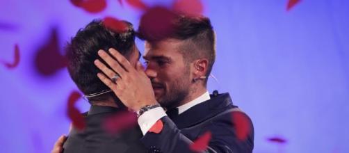 Uomini e Donne: Maria De Filippi annuncia il ritorno del trono gay - gossipblog.it