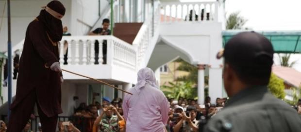 Mulher leva até 25 chibatadas como castigo por descumprir lei islâmica