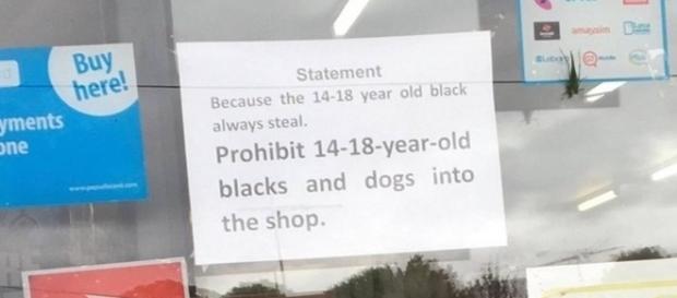 Na imagem é possível ver a placa colocada na entrada na loja de presentes.