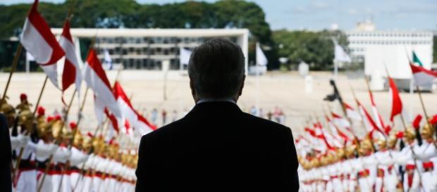 Michel Temer descendo a rampa do Palácio do Planalto (Foto: Beto Barata/PR)
