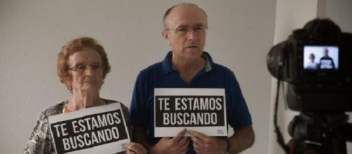 Escena del documental con dos personas buscando a sus parientes de cuyo lado fueron robados durante la dictadura franquista.