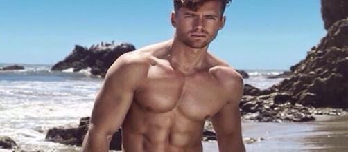 Homem bonito na praia do Havaí