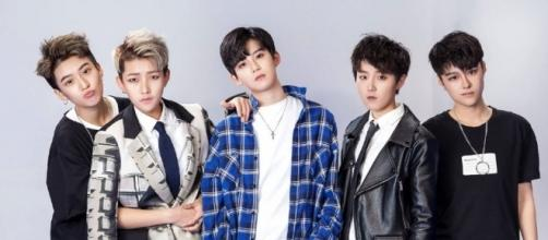 La boy band cinese di sole donne FCC-Acrush