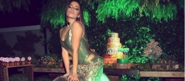 Anitta em cima de elefante da decoração de sua festa (Foto: Reprodução/ Twitter)