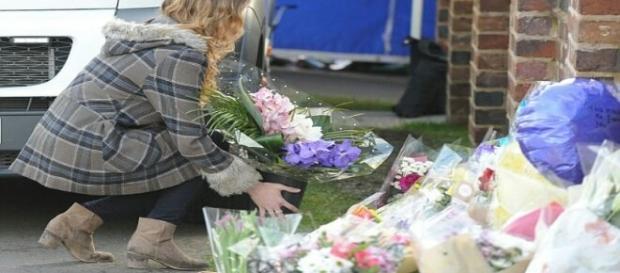 Filha da vítima leva flores ao local do assassinato