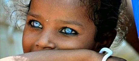 Jovem garota com olhos extremamente lindos