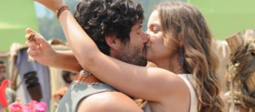 Asher e Joana se beijam - Foto: Reprodução/Record TV