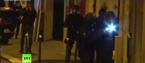 Attentato a Parigi, morti due poliziotti, ucciso il killer, in corso perquisizione casa attentatore Champs Elysees