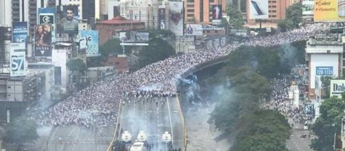 (Caracas, Il popolo venezuelano in marcia. Ph. Julio Borges)