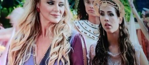 Kassaia aparece ao lado da amante do marido (Foto: Reprodução/Record TV)