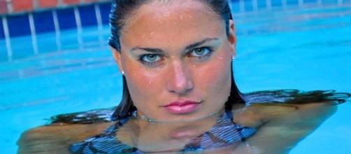 Nadadora com olhos incríveis na piscina.