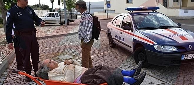 Homem leva mulher de carro de mão para levantar reforma