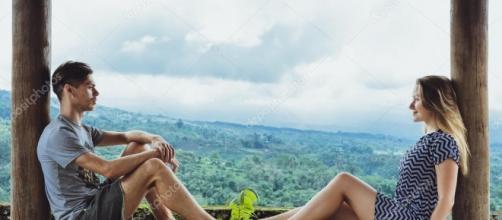 Hombre joven y mujer disfrutando sentado en un alto ... - depositphotos.com