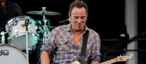 Watch as Bruce Springsteen invites teen on stage to play 'Growing Up' - nme.com