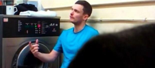 Adam Johnson conversando com outros detentos