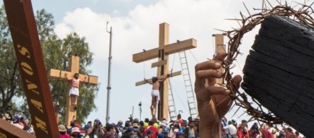 Al pié del Cerro de la Estrella miles de personas, entre devotos, turistas y penitentes se congregan para apreciar la crucifixión