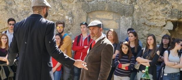 Alfio e Turiddu nel momento del lancio della sfida