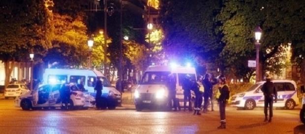 Champs-Élisée é fechada pela polícia depois do ataque