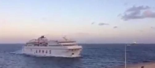 El ferry de Naviera Armas, antes de impactar ayer contra el muro en el muelle de Las Palmas
