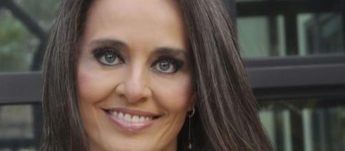 Jornalista Carla Vilhena passa dicas para quem quer assumir os cabelos grisalhos