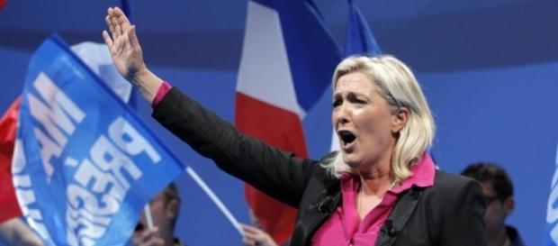 Marine Le Pen na França faz saudação no mínimo estranha