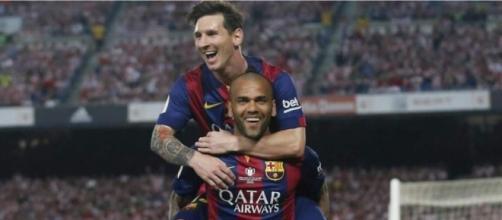 Dani Alves felicita a Messi por su actuación en el Clásico