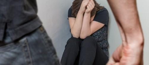 Depois de ser agredida, Jovem corre despida pela rua após ser agredida pelo marido