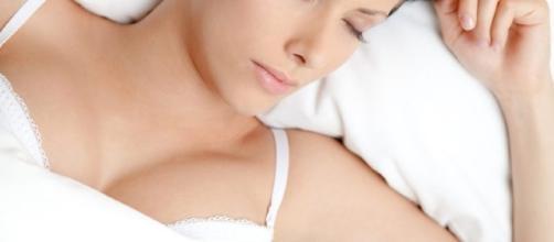 Especialista esclarece o que acontece ao dormir todo os dias de sutiã