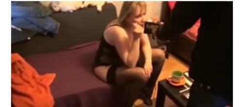 Imagem da mulher, casada, sendo presa.