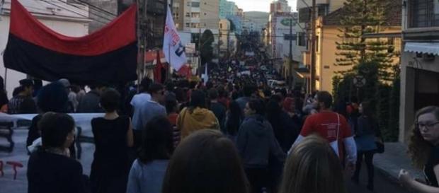 Ato do dia de greve geral convocado para 24/04, em Santa Maria. Foto por Pâmela Mello.