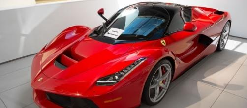 LaFerrari in Beverly Hills, Wikipedia https://it.wikipedia.org/wiki/File:LaFerrari_in_Beverly_Hills_(14563979888).jpg