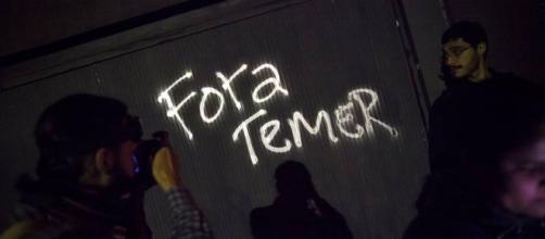 Manifestantes se reúnem em frente à casa de Temer em SP