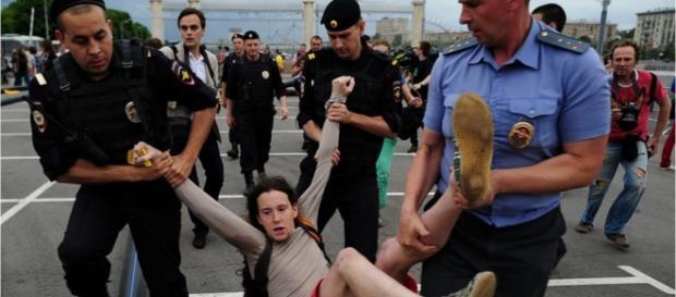 Gays têm sofrido perseguição na Chechênia (Foto: Youtube/Wochit News)