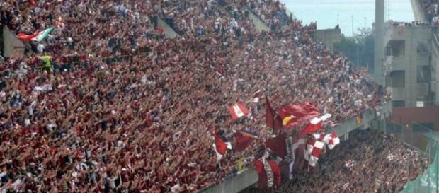 In foto lo spettacolo offerto dalla curva sud di Salerno durante una partita casalinga della Salernitana