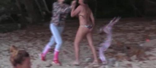 Alba y Gloria Camila pegándose.