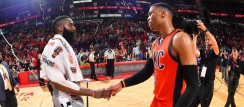 IL saluto finale tra James Harden e Russell Westbrook