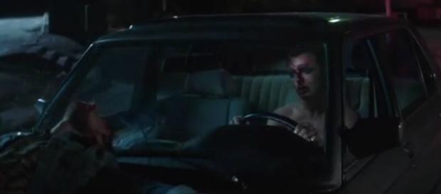 """Theo Hutchcraft nella scena iniziale del video di """"Beautiful Ones"""" degli Hurts"""