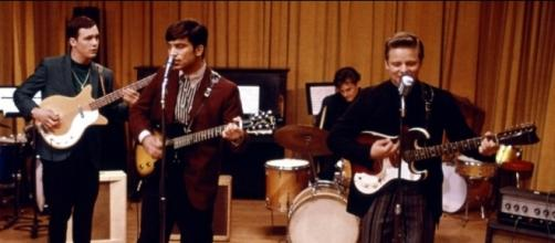 A scene of the Oneders/Wonders performing 'That Thing you Do' from the 1996 film. / from 'The Prince Charles Cinema' - princecharlescinema.com