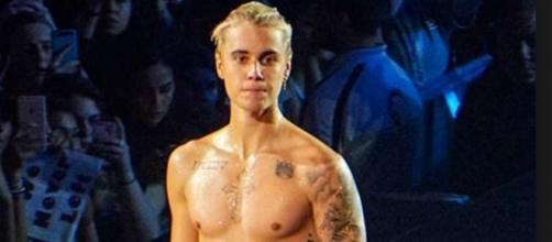 Justin Bieber é flagrado por paparazzi beijando outro homem na rua
