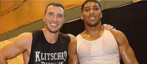 Wladimir Klitschko e Anthony Joshua (via Boxing News)