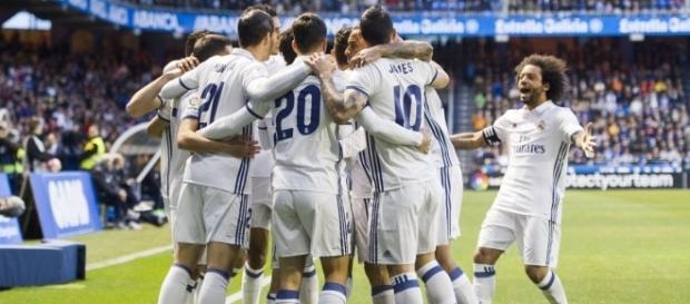 Los futbolistas del Real Madrid, celebrando un gol ayer en Riazor