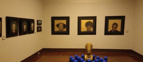 Olinka, artista local exhibiendo diversas obras e instalaciones en el Museo del Pueblo.